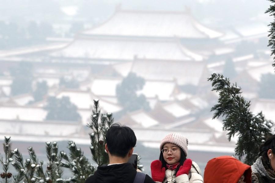 北京市15日夜間到16日降下今年第2場雪,許多市民卻掩不住興奮,忙著在社群媒體貼出下雪美圖分享。(中新社提供)