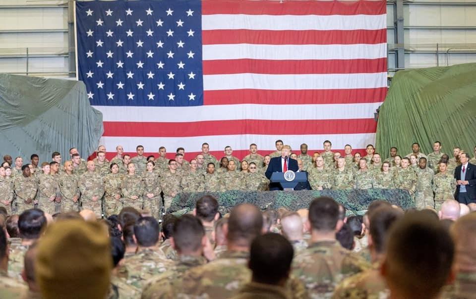 美國媒體報導,3位現任及前任美國官員說法指出,川普政府打算宣布從阿富汗撤離4000名美軍。圖為川普(圖中講者)11月29日現身阿富汗與當地官兵會面。(圖取自facebook.com/DonaldTrump)