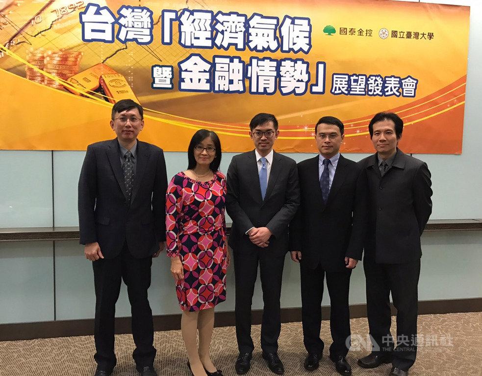 國泰金16日舉行第4季台灣「經濟氣候暨金融情勢」發表會,上調2020年經濟成長率預估值至2.3%。中央社記者劉姵呈攝 108年12月16日
