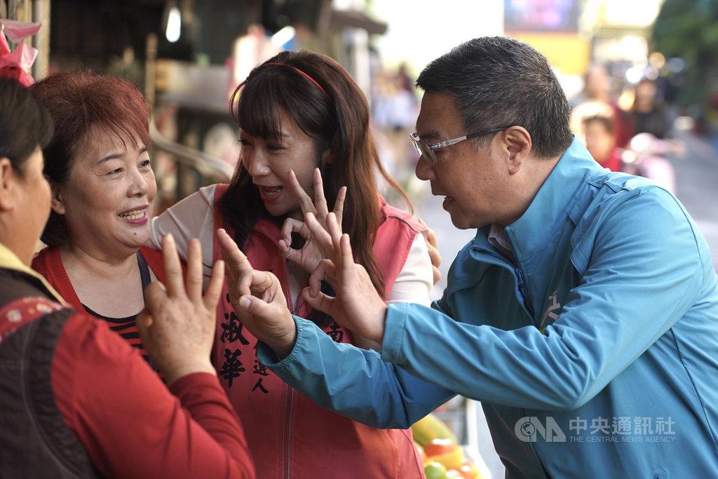 民進黨主席卓榮泰(右)17日陪同民進黨立委參選人許淑華(右2)到台北市福德市場掃街拜票,向民眾比出總統蔡英文的3號號次。中央社記者徐肇昌攝  108年12月17日