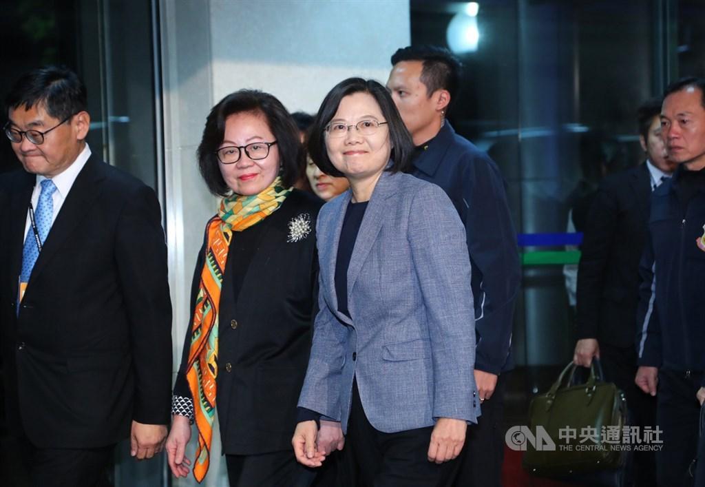 2020總統大選首場電視政見發表會18日晚間在華視登場,總統蔡英文(前)面帶微笑出席。中央社記者王騰毅攝 108年12月18日