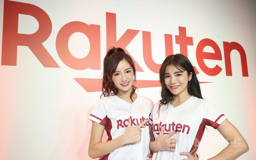 中職Rakuten桃猿隊揭幕,啦啦隊改名Rakuten Girls(樂天女孩)再出發,球團也將派出羚小鹿(右)與菲菲(左)兩名隊員與日職樂天隊進行啦啦隊國際交換生計畫。圖為12月17日記者會拍攝。中央社記者張新偉攝 108年12月18日