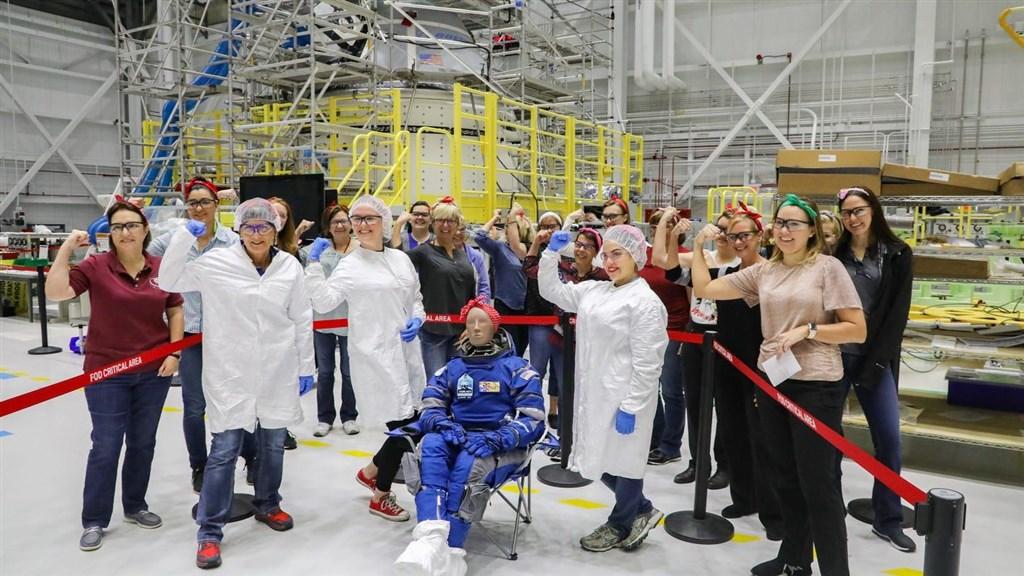 美國國家航空暨太空總署(NASA)希望恢復載人飛行,負責重要任務的波音本週將首次把星際飛機送上國際太空站,唯一「乘客」是頭戴頭巾、名叫「蘿西」(Rosie)(圖中呈坐姿者)的假人。(圖取自twitter.com/Boeing)