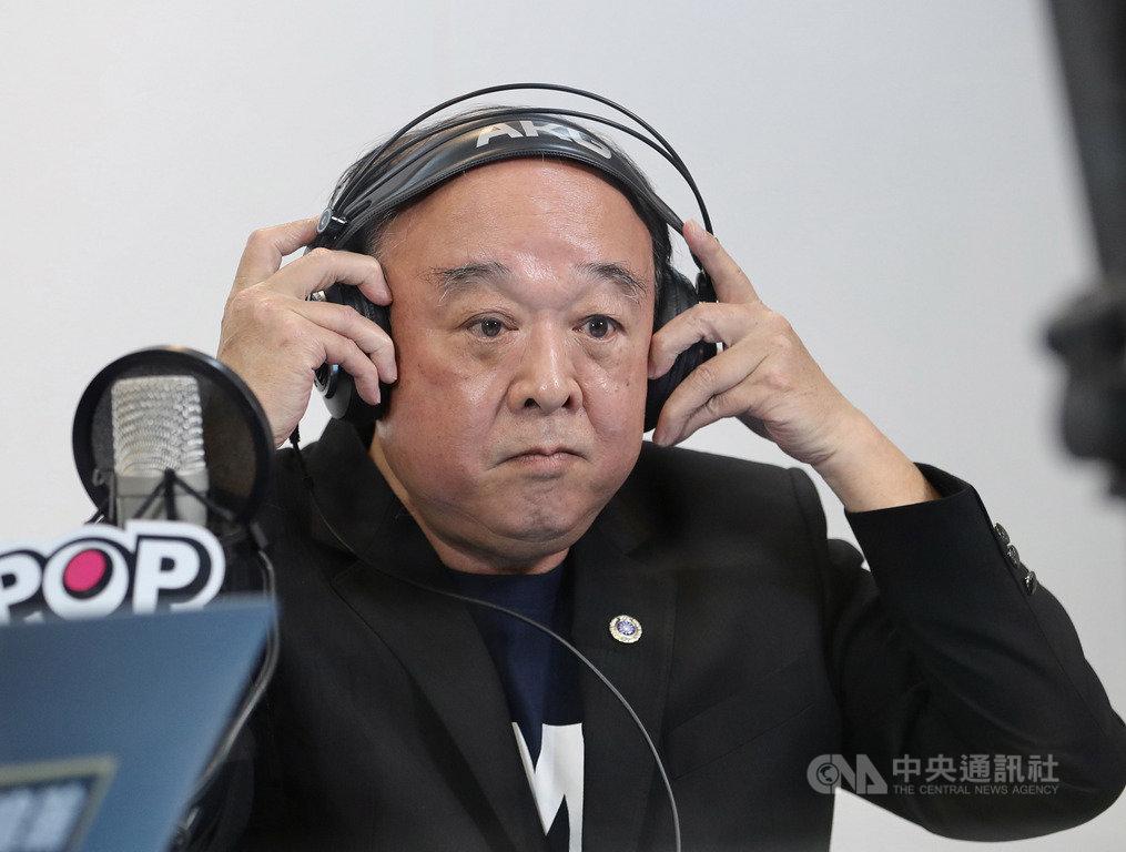國民黨不分區立委參選人吳斯懷19日上午到台北流行廣播電台,接受廣播節目「POP撞新聞」專訪。中央社記者張皓安攝 108年12月19日