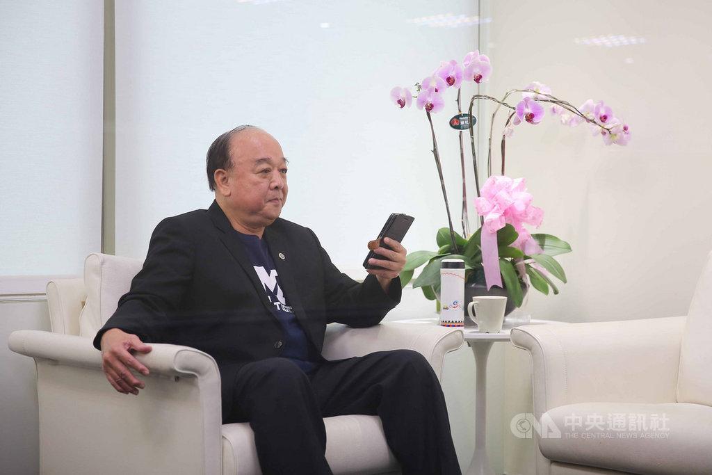 國民黨不分區立委被提名人吳斯懷19日上午接受POP radio電台專訪,事前在休息室休息、看手機。中央社記者游凱翔攝 108年12月19日
