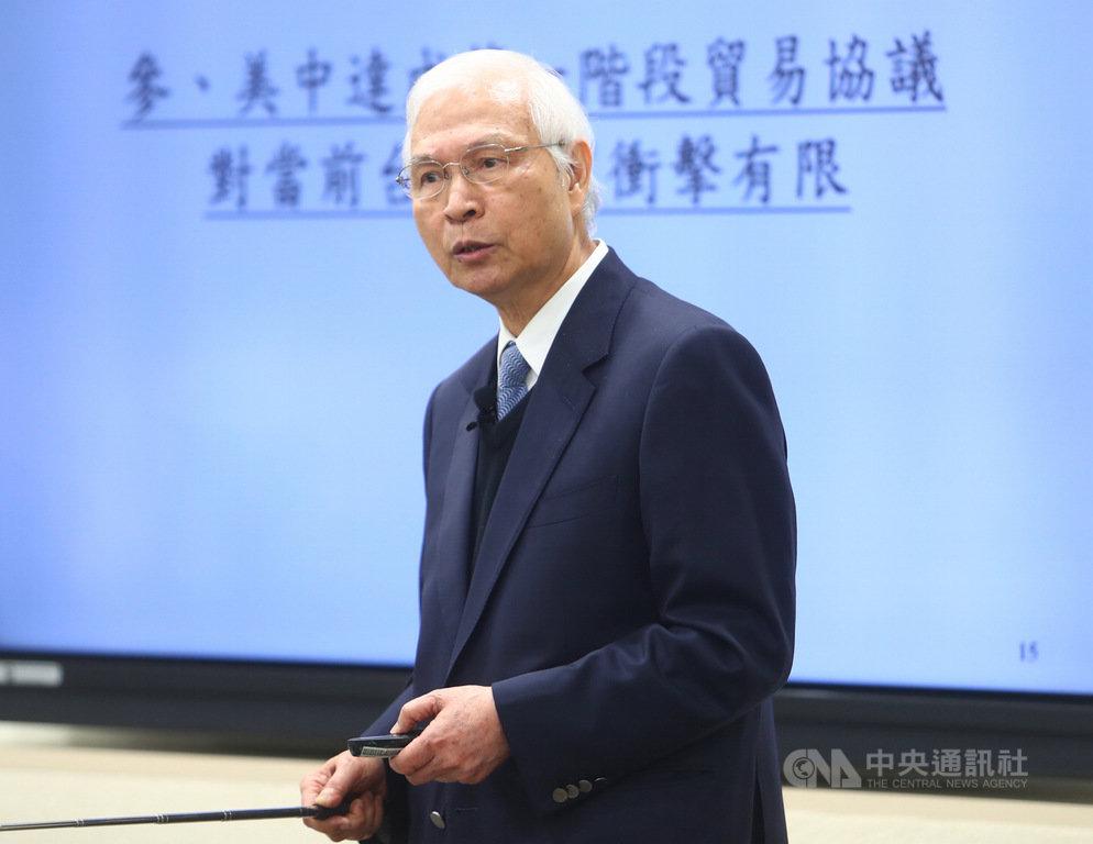 中央銀行19日在台北舉行第4季理監事會,央行總裁楊金龍(圖)會後舉行記者會表示,美中達成第一階段貿易協議,將持續關注貿易戰對台灣經濟影響。中央社記者王騰毅攝 108年12月19日