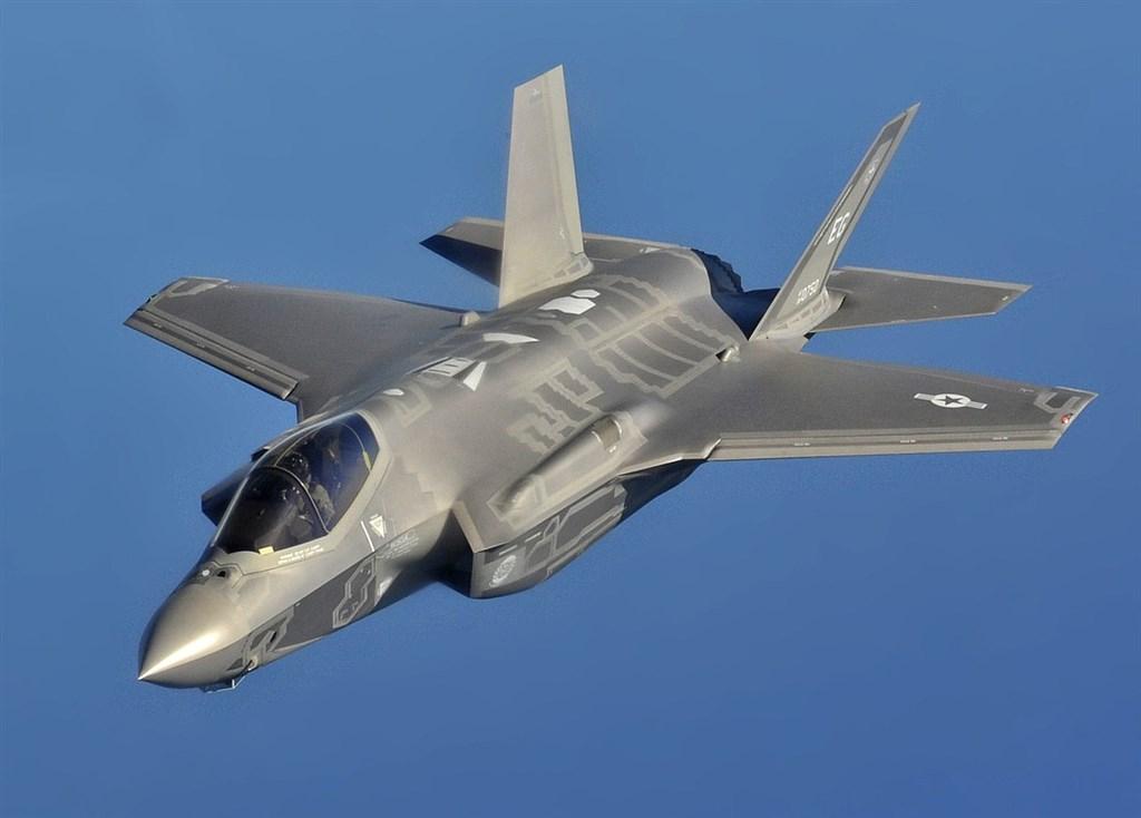 路透社19日根據獨家掌握到的政府文件披露,美國軍方打算儲備標槍反戰車飛彈與F-35匿蹤戰機上會用到的稀土磁石。圖為F-35A戰機。(圖取自維基共享資源網頁,版權屬公有領域)