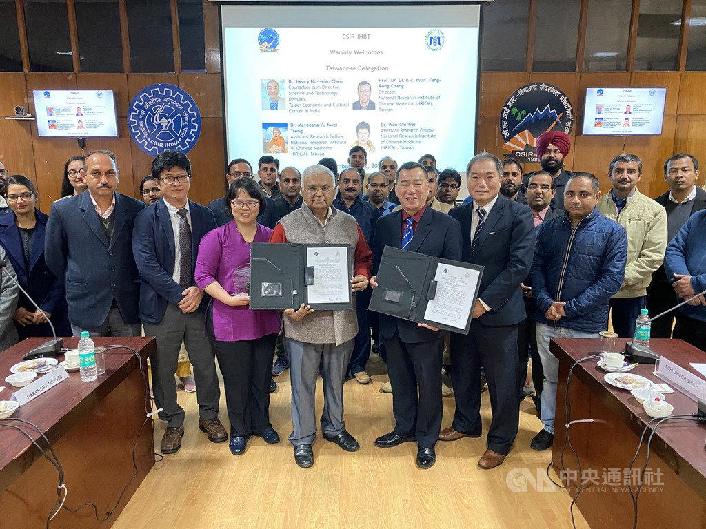 在駐印度代表處科技組長陳和賢(右2)見證下,中醫藥研究所長張芳榮(右3)21日在印度與喜馬拉雅生物資源科技研究所所長庫瑪(左4)簽署合作備忘錄。(駐印度代表處科技組提供)中央社記者康世人新德里傳真  108年12月21日