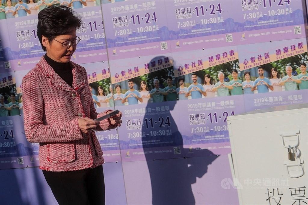 路透調查,中共中紀委才是引爆「反送中」的始作俑者,修訂逃犯條例並非如香港特首林鄭月娥宣稱是港府主動、自發去做。圖為11月24日香港區議會選舉,林鄭月娥赴投票站投票。(中央社檔案照片)