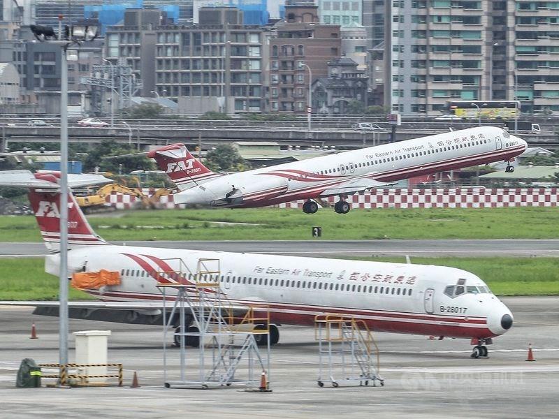 109年元旦起,民用航空運輸業超過26年的客機強制淘汰等8項交通新制上路。圖為遠航MD型飛機。(中央社檔案照片)