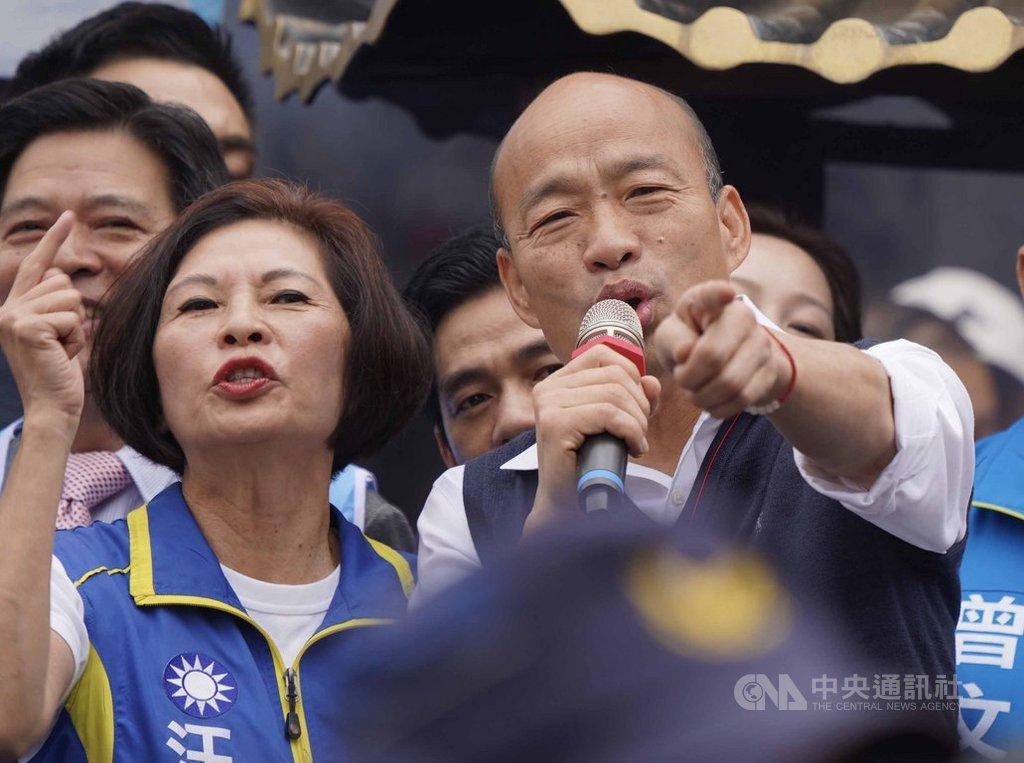 國民黨總統候選人韓國瑜(右)22日陪同立委參選人汪志冰(左)在台北市關渡宮參拜造勢,並致詞向支持者表達感謝。中央社記者徐肇昌攝 108年12月22日