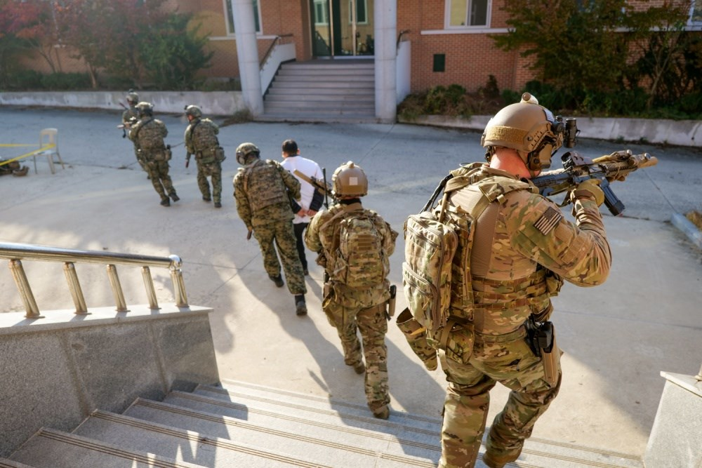 南韓媒體23日報導,駐韓美軍特戰司令部11月與韓軍特戰隊員在群山基地實施聯合演訓,這一次美國國防部破例公開演習照片。(圖取自DVIDS網頁dvidshub.net)