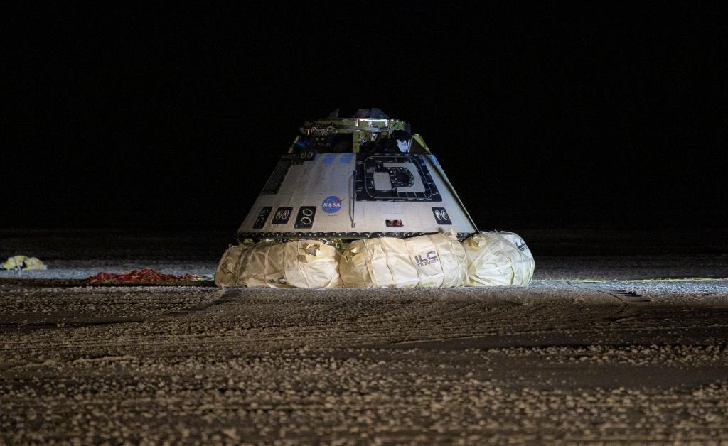 波音「星際飛機」太空船(圖)因為軟體出錯,未能達成對接國際太空站的任務目標,22日按計畫提早降落美國新墨西哥州白沙沙漠。(圖取自twitter.com/NASA)
