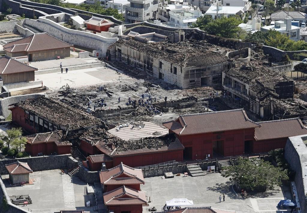 日本沖繩象徵古城首里城10月31日發生大火,燒毀正殿共7棟建築物。外交部23日表示,台灣共捐款550萬日圓。(檔案照片/共同社提供)