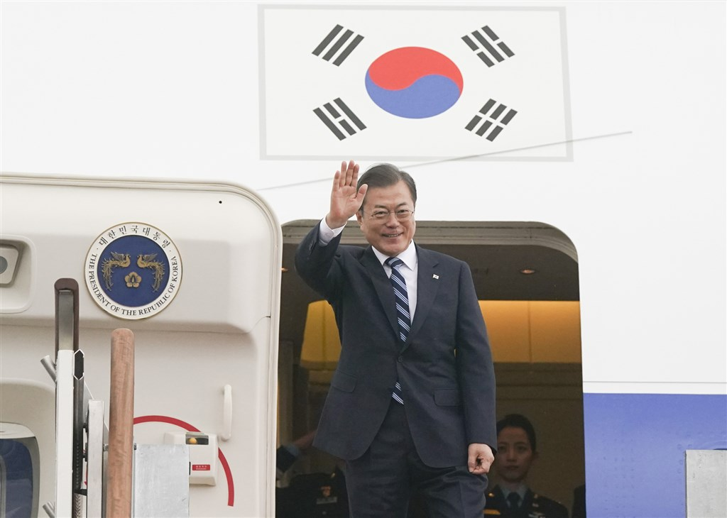 南韓總統文在寅23日起前往中國訪問2天,將出席在成都舉行的第8次中日韓領導人會議,相繼會晤中日兩國領袖。圖為文在寅23日搭機前往中國前揮手致意。(韓聯社提供)