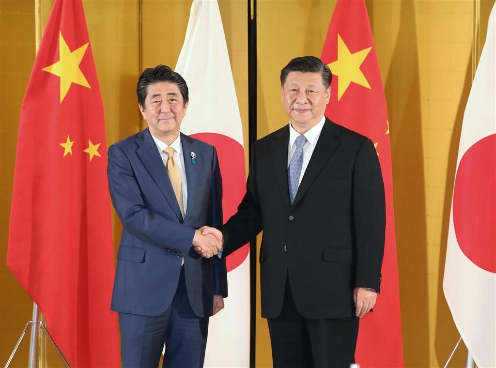 日本、中國及南韓3國峰會24日在中國四川省成都市正式登場,日本首相安倍晉三(左)23日啟程前往中國,下午先在北京與中國國家主席習近平(右)舉行雙邊會談。(檔案照片/共同社提供)