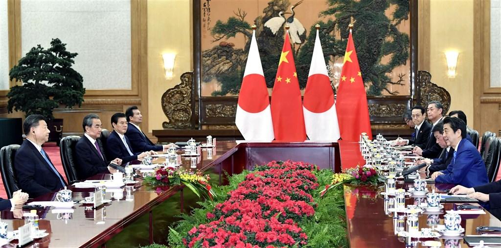 日本首相安倍晉三(右1)23日抵達北京,晚上與中國國家主席習近平(左1)會談。(共同社提供)