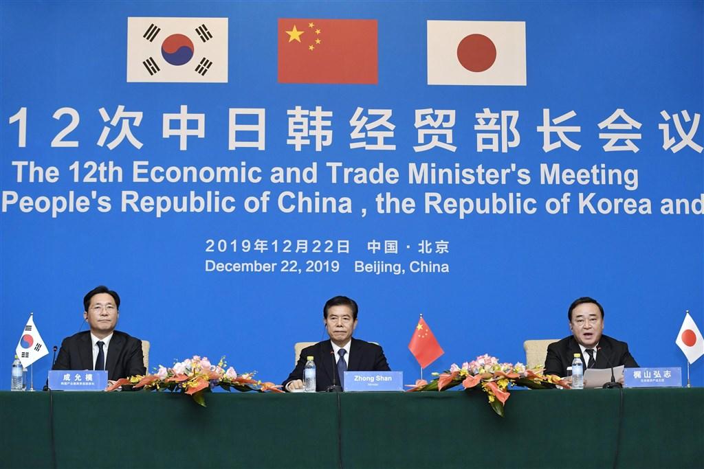 中日韓經貿部長會議22日在北京舉行,三方將積極推動2020年如期簽署區域全面經濟夥伴協定,並共同加快推進中日韓自貿協定談判。(共同社提供)