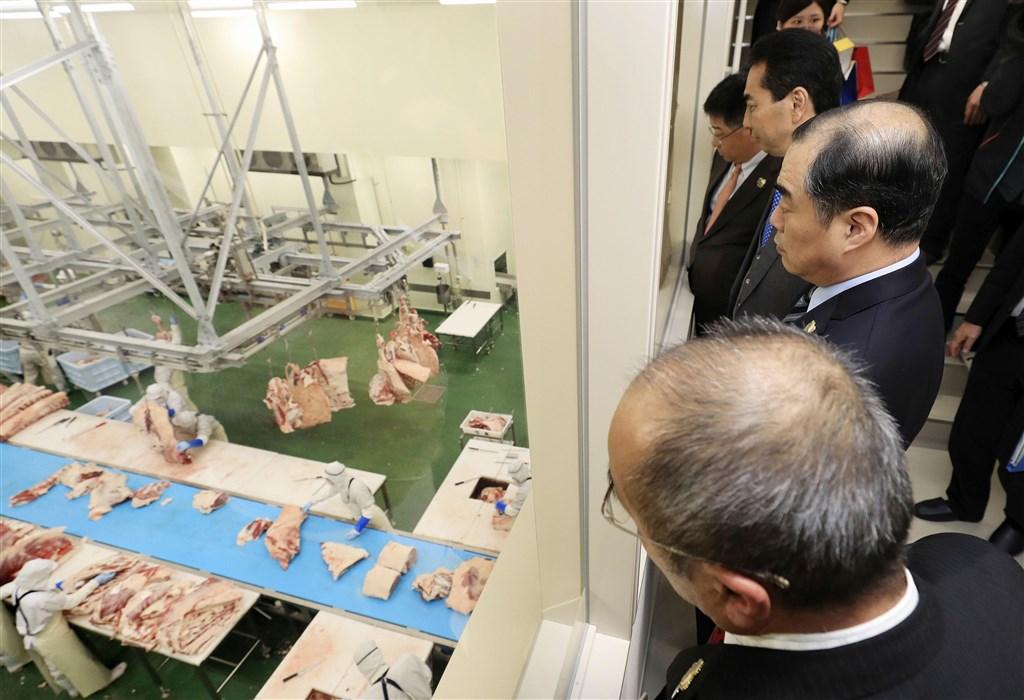 根據中國海關總署官網文件,19日起解除日本狂牛症及口蹄疫禁令,意即日本牛肉時隔18年重回中國市場。圖為11日中國駐日大使孔鉉佑(前排數來第2人)視察宮崎縣的牛肉加工設施。(檔案照片/共同社提供)