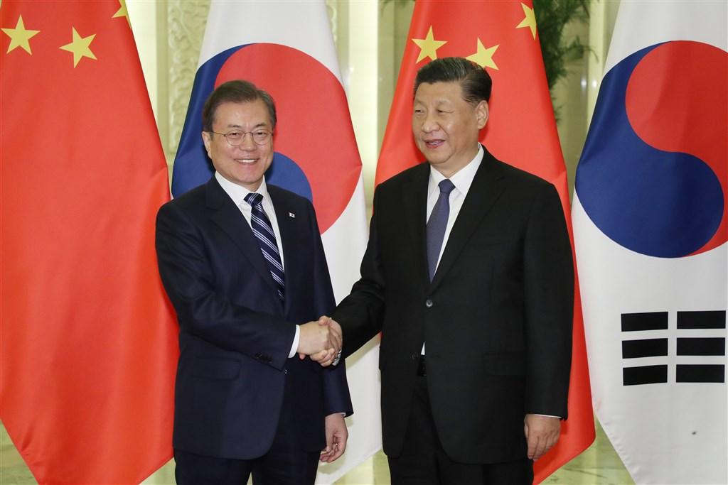 南韓總統文在寅(左)23日在北京與中國國家主席習近平舉行高峰會談,就北韓非核化等朝鮮半島問題交換意見。(韓聯社提供)