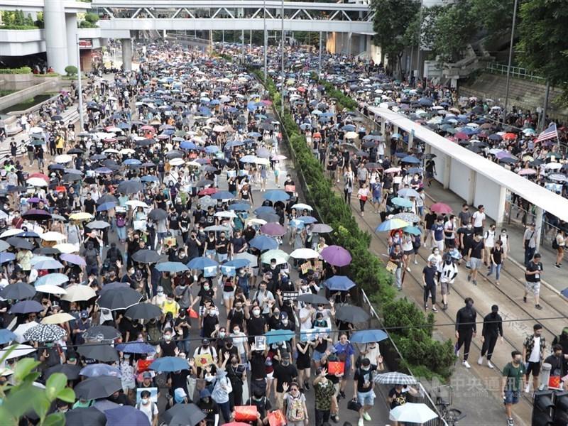 金融時報22日發表文章指出,「Be water」的理念不只影響香港,更進一步影響了今年全球各地的示威。圖為9月15日反送中遊行。(中央社檔案照片)