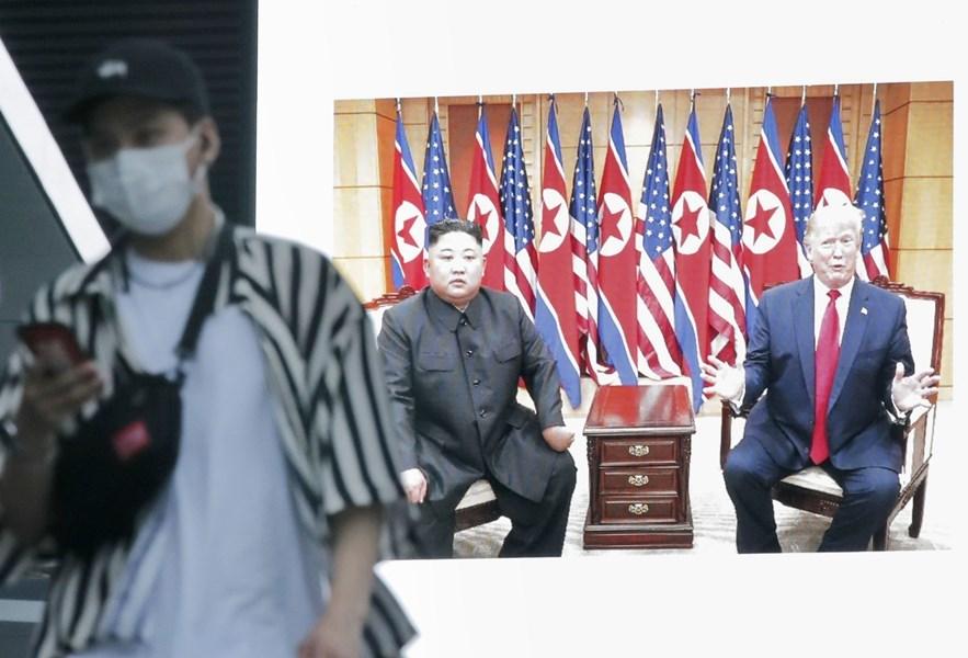 中日韓三國領導人會議24日登場。外界預料北韓與美國間的新對峙,以及北韓日趨風險性的舉動,將成會議核心議題。圖為6月日本東京秋葉原街道螢幕播放美國總統川普與北韓領導人金正恩在板門店會面新聞。(檔案照片/共同社提供)
