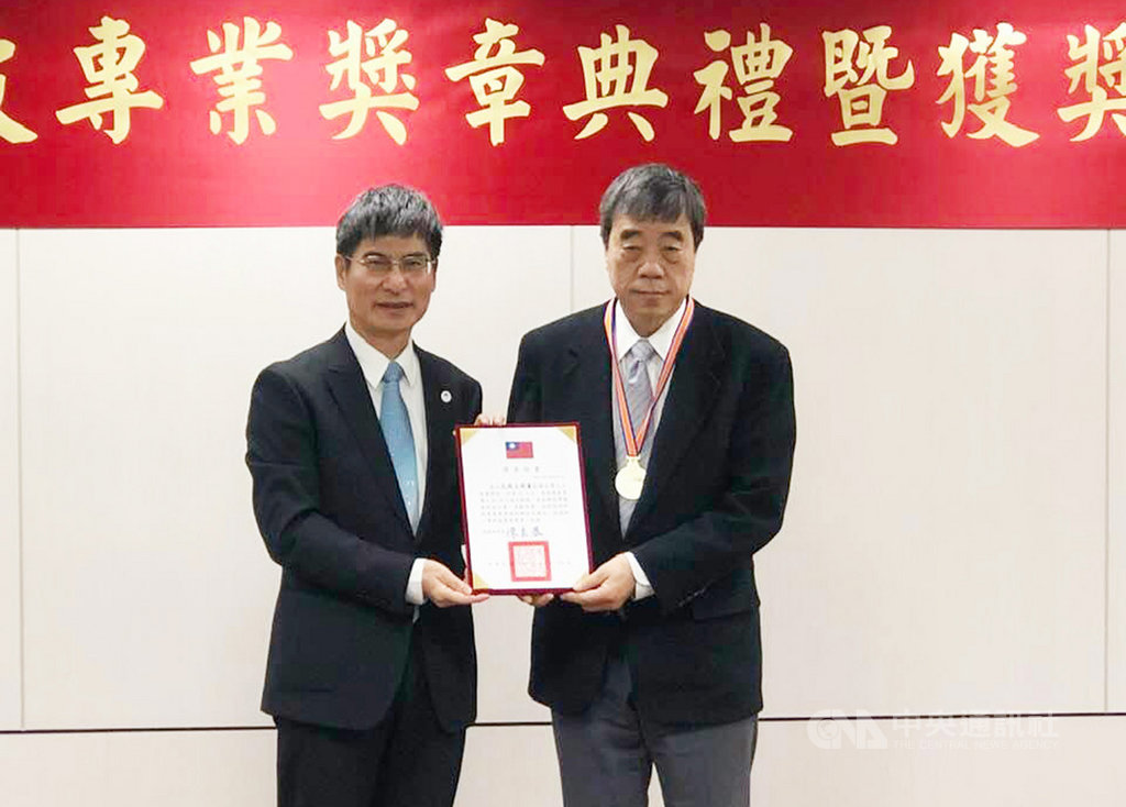 科技部長陳良基頒發(左)頒發一等科技專業獎章給中研院院士孔祥重(右),表彰孔祥重在台灣AI人才培育的貢獻。中央社記者吳柏緯攝 108年12月24日