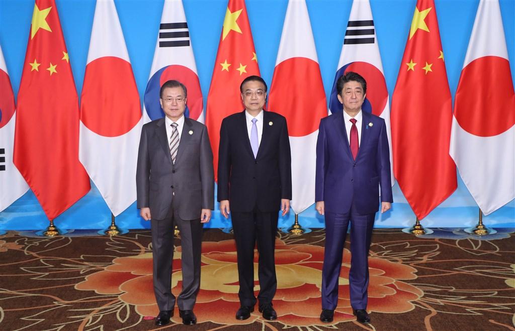 第7次韓中日商務峰會24日就支援自由貿易和經濟一體化領域及深化新產業合作等達成共識。南韓總統文在寅(左)、中國國務院總理李克強(中)和日本首相安倍晉三(右)出席這項會議。(韓聯社提供)