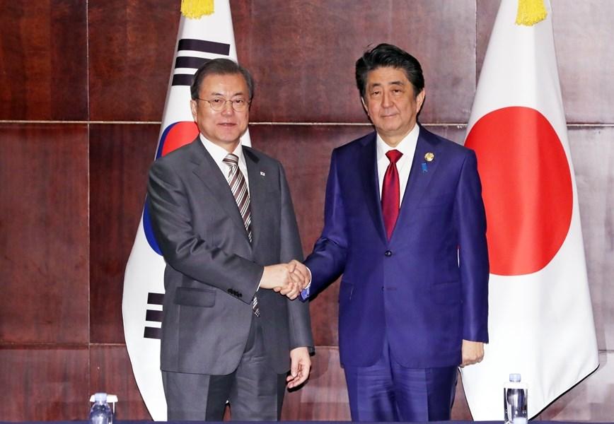 日中韓3國峰會24日在中國四川省成都市登場,日本首相安倍晉三(右)下午與南韓總統文在寅舉行雙邊會談。(韓聯社提供)