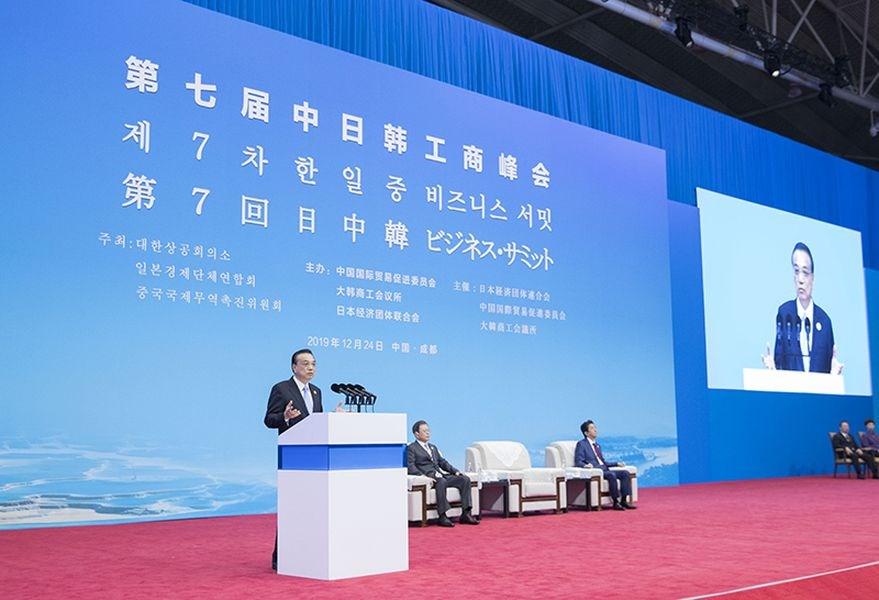 第7屆中日韓工商峰會24日在四川成都登場。中國國務院總理李克強(站立者)在會中致辭時表示,中方對南韓、日本貿易雖然都有逆差,但不會因此而大行保護主義。(圖取自中國政府網頁gov.cn)
