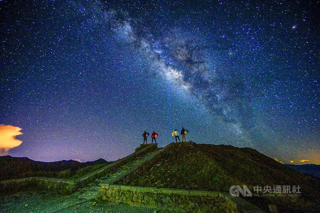 苗栗縣攝影師曾進發以「銀河四超人」為主題,呈現合歡山滿天星斗及燦爛銀河的奇幻美感,在「2019年TIFA東京國際攝影大賽」一舉奪金,讓台灣之美躍上國際。(曾進發提供)中央社記者管瑞平傳真 108年12月25日