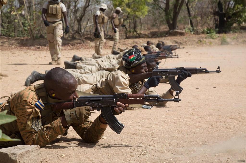 紐約時報報導,美國五角大廈正考慮讓美軍從西非撤離,也將結束對法國在馬利、尼日和布吉納法索軍事行動的支援。圖為布吉納法索特種部隊。(圖取自facebook.com/AFRICOM)