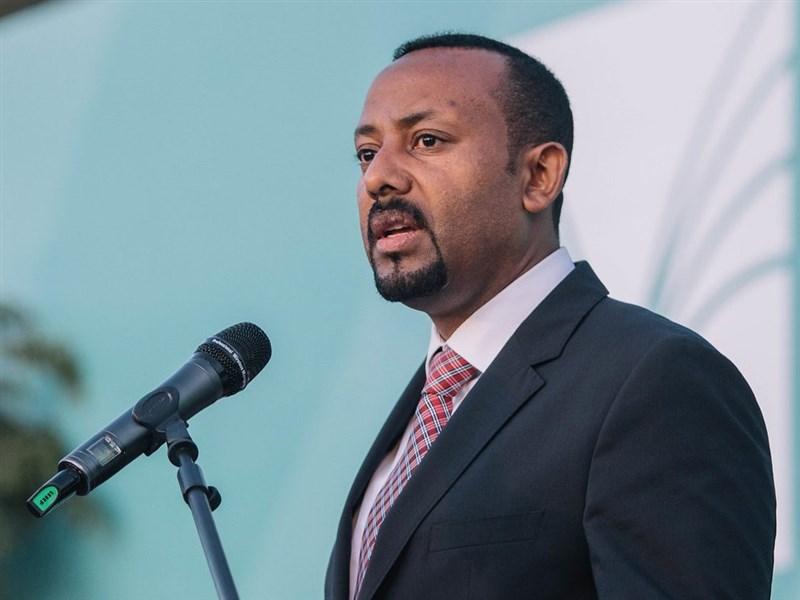 2019年諾貝爾和平獎由衣索比亞總理阿邁德(前)獲得殊榮,25日是他獲獎後首度與厄利垂亞總統阿夫瓦基會晤。(圖取自twitter.com/NobelPrize)