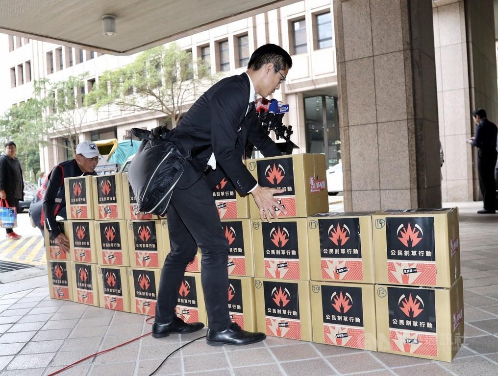 「Wecare高雄」等公民團體發起罷免高雄市長韓國瑜,26日前往中選會,送交32箱、共約3萬份第一階段罷韓提議書。中央社記者張皓安攝 108年12月26日