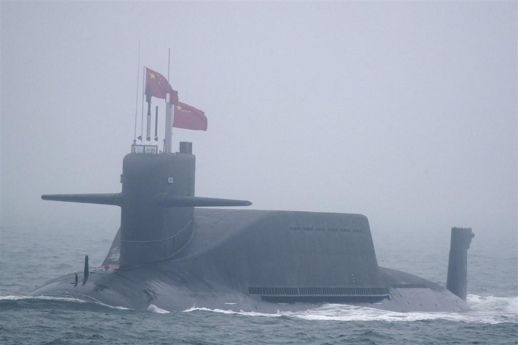 華盛頓時報報導,解放軍22日利用晉級彈道飛彈核潛艦在渤海試射巨浪-3型潛射彈道飛彈。圖為4月23日在中共解放軍海軍閱兵亮相的晉級彈道飛彈核潛艦。(美聯社)