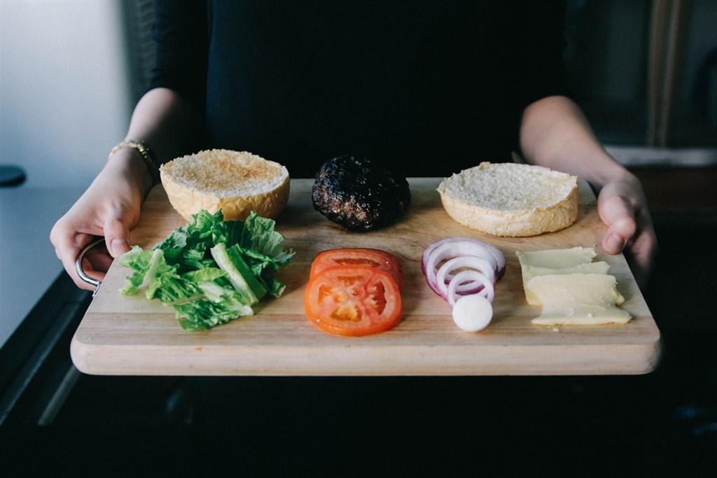 新英格蘭醫學期刊一項檢視過去動物和人類研究的報告顯示,間歇性斷食可以降低血壓、有助減重和延長壽命。但專家也指出,這種飲食法的缺點是一般人在於飢餓感作祟下,難以持久。(示意圖/圖取自Unsplash圖庫)