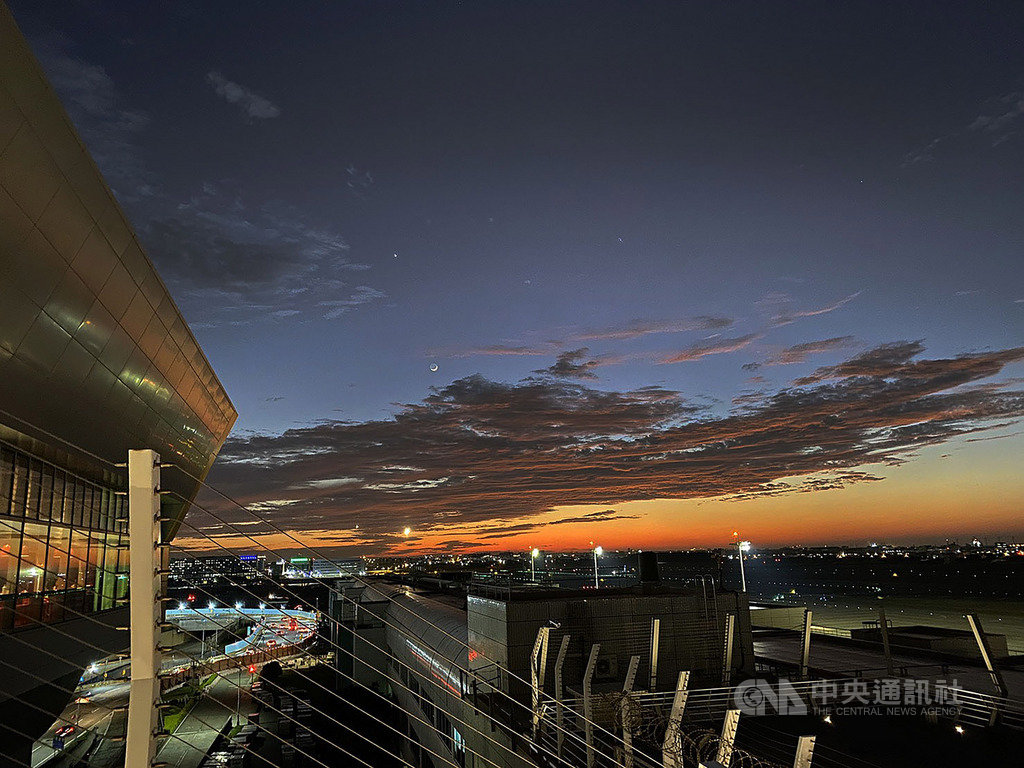 桃園國際機場第2航廈北側觀景台28日起試營運,吸引大批民眾前往欣賞海岸線風光,傍晚時分的景致更別有一番風情。中央社記者邱俊欽桃園機場攝 108年12月28日