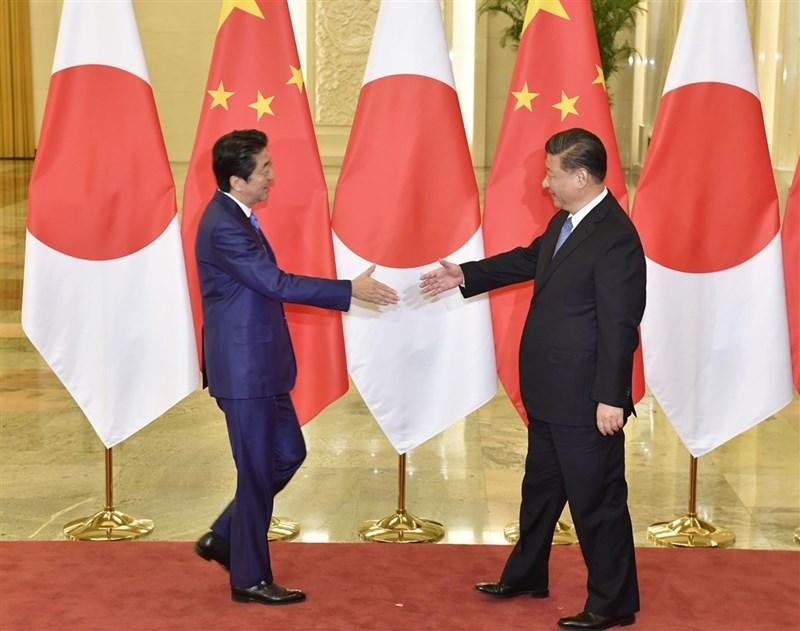 中國國家主席習近平(右)23日在北京會見日本首相安倍晉三。(共同社提供)
