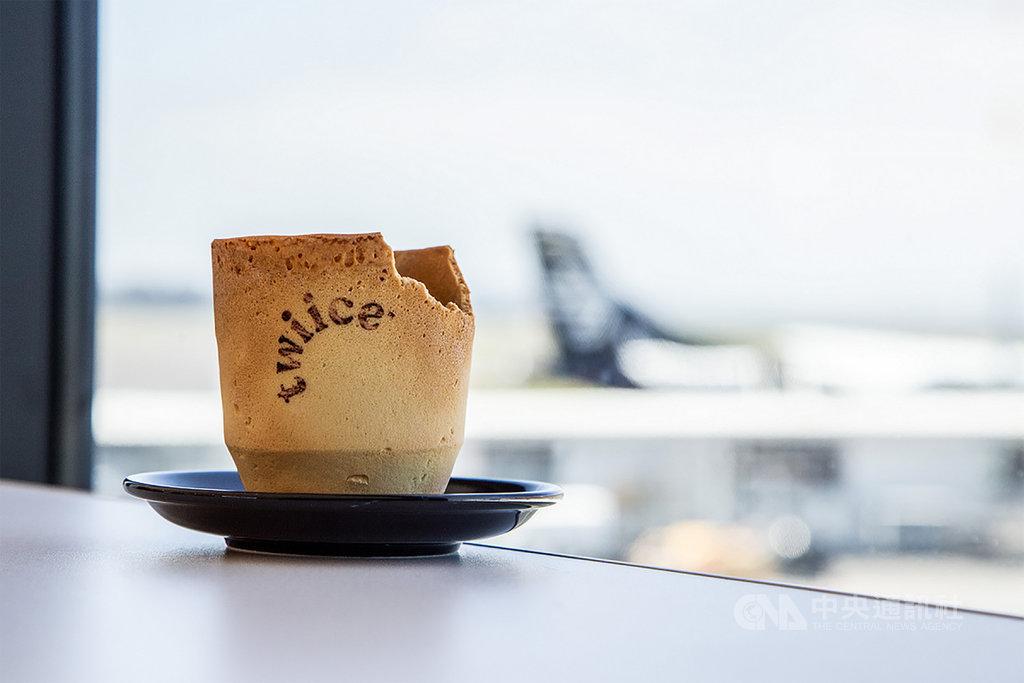紐西蘭航空為了減少平均每年消耗掉的800萬個紙杯,推出可食用的餅乾咖啡杯,用創意減少垃圾量。(紐西蘭航空提供)中央社記者汪淑芬傳真 108年12月29日