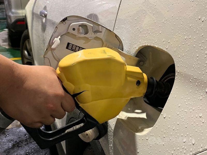 台灣中油表示,自30日凌晨零時起,汽、柴油價格每公升各調漲0.1元。(中央社檔案照片)