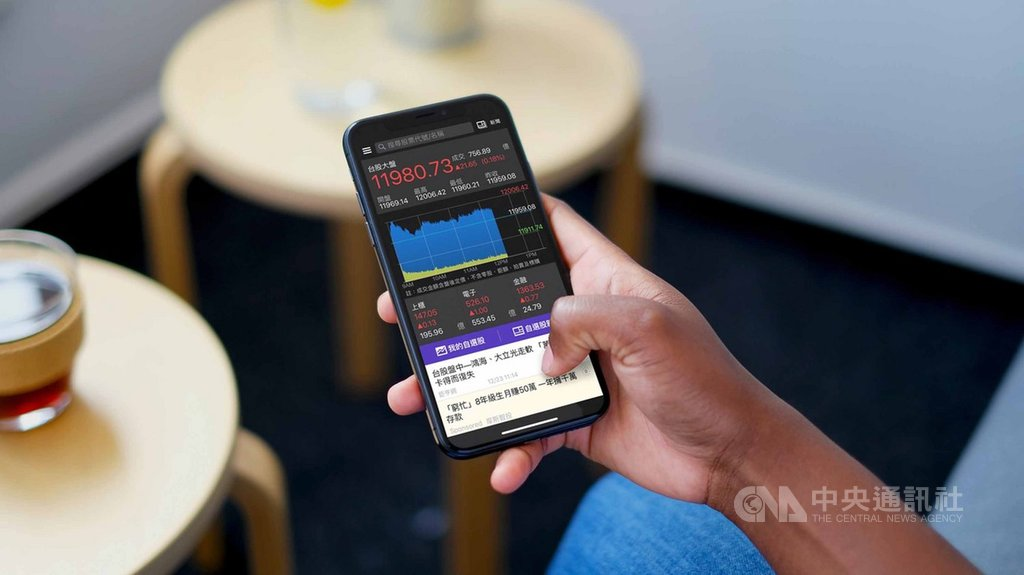 Yahoo奇摩股市App依據2019年1月1日至12月15日台股總瀏覽量排行,選出今年10大熱門台股,由鴻海、台積電蟬聯冠、亞軍。(Yahoo奇摩提供)中央社記者吳家豪傳真  108年12月30日