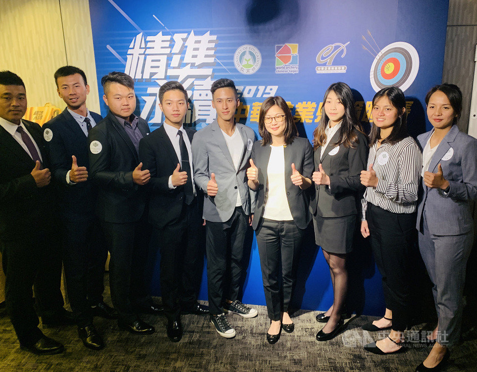 寒舍集團射箭隊今年在首屆中華企業射箭聯賽風光奪得年度總冠軍,陣中男子好手魏均珩(左2)並拿下箭林之王(男單)冠軍,堪稱最大贏家。中央社記者龍柏安攝 108年12月30日