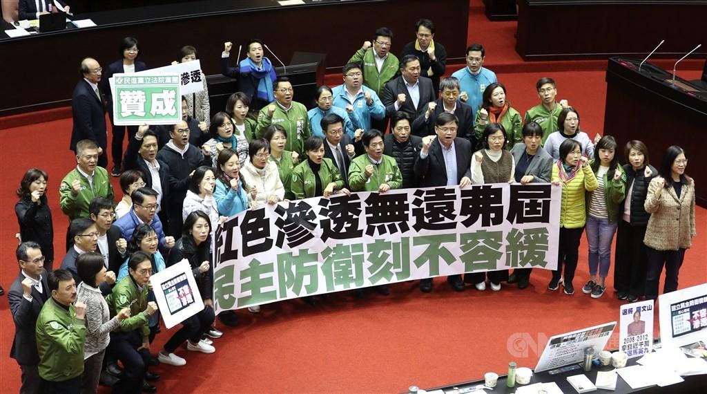 立法院會31日下午正式三讀通過反滲透法,民進黨籍立委在議場內拉開布條,合影慶祝。中央社記者張皓安攝 108年12月31日