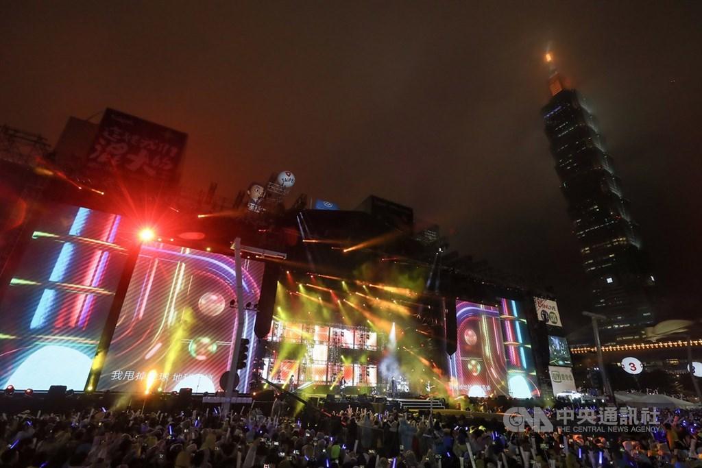 「台北最High新年城-2020跨年晚會」12月31日晚間在北市府前市民廣場熱鬧展開,不過,台北跨年晚會網路轉播權卻引發爭議。中央社記者裴禛攝 108年12月31日