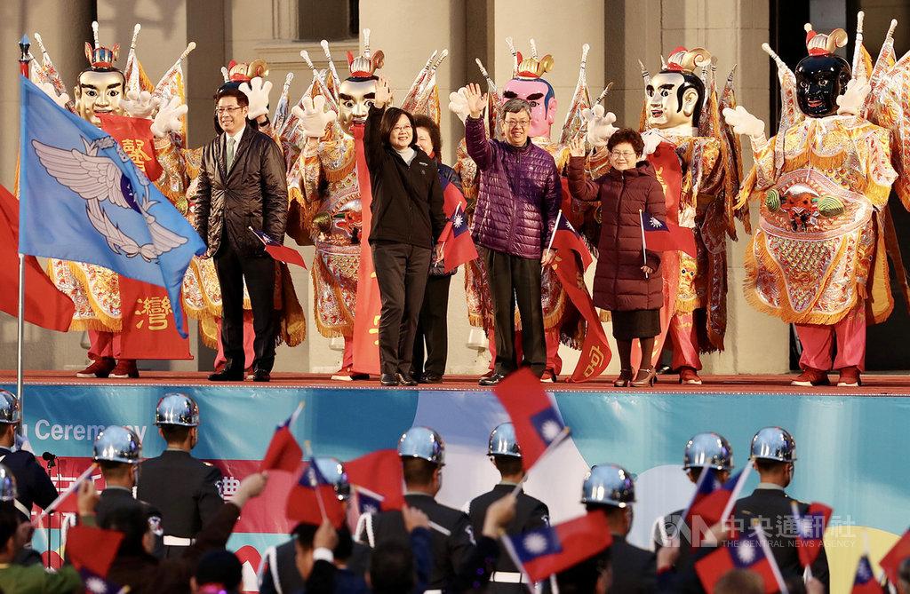 總統蔡英文(前左2)、副總統陳建仁(前右2)1日在總統府前廣場出席中華民國109年元旦總統府升旗典禮,向前來參加升旗典禮的民眾揮手致意。中央社記者張皓安攝 109年1月1日