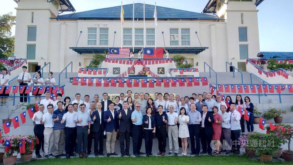 馬來西亞吉隆坡台灣學校1日舉行中華民國109年元旦升旗典禮,駐馬來西亞台北經濟文化辦事處代表洪慧珠(前排右9)率同仁與家眷參與典禮,期許台馬之間的友好關係再上層樓。中央社記者郭朝河吉隆坡攝 109年1月1日