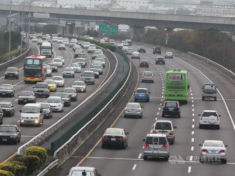 春節連假從23日開始,高公局預估22日下午4時過後,國道就會陸續湧現車潮。(中央社檔案照片)