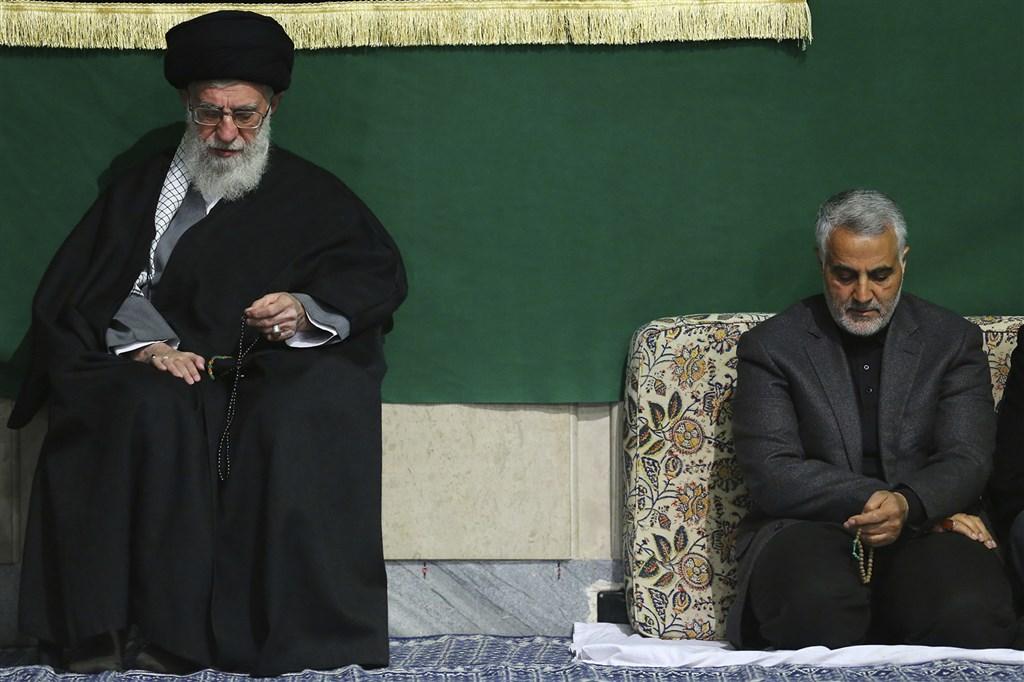 美國官員3日表示,總統川普下命3日早晨以無人機空襲巴格達國際機場,擊殺伊朗革命衛隊指揮官蘇雷曼尼(右)。左為伊朗最高領導人哈米尼。(檔案照片/美聯社)