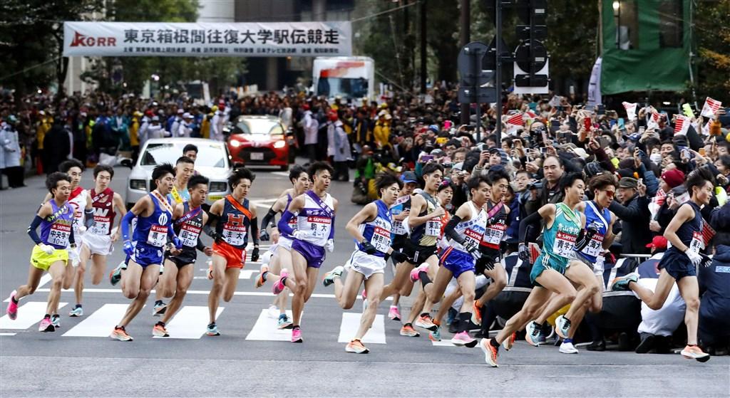 2020年日本「箱根驛傳」逾8成大學生跑者都穿著同款「厚底」跑鞋,引發關注。(共同社提供)