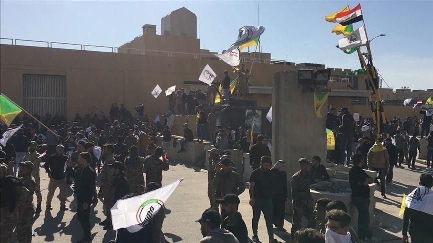 波灣情勢緊張,美國2019年12月指控伊朗支持的伊拉克民兵組織攻擊美在伊拉克軍事基地。伊拉克民兵組織則在包圍美駐巴格達大使館(圖),抗議美軍空襲行動。(安納杜魯新聞社提供)